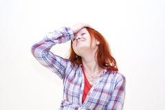 Fixation rousse de jeune femme sa main à la tête Photos stock