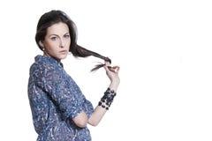 Fixation sérieuse de jeune femme son cheveu Photo libre de droits