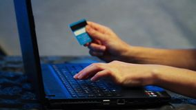 Fixe Internet banking com computador e cartão de crédito vídeos de arquivo