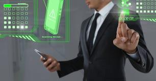 Fixez l'interface de balayage de téléphone et l'air émouvant d'homme d'affaires avec le téléphone devant le couloir Photographie stock