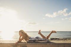 Fixez la belle longue jeune femme de cheveux dans les vacances Image stock