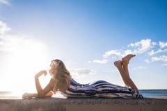 Fixez la belle longue jeune femme de cheveux dans les vacances Images libres de droits