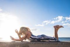Fixez la belle longue jeune femme de cheveux dans les vacances Photographie stock libre de droits