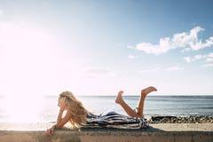 Fixez la belle longue jeune femme de cheveux dans les vacances Photographie stock