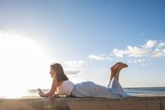 Fixez la belle longue jeune femme de cheveux dans les vacances Photo libre de droits