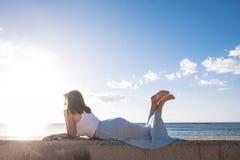 Fixez la belle longue jeune femme de cheveux dans les vacances Image libre de droits