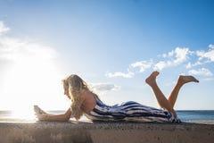 Fixez la belle longue jeune femme de cheveux dans les vacances Photos stock