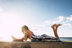 Fixez la belle longue jeune femme de cheveux dans les vacances Photos libres de droits