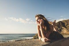 Fixez la belle longue jeune femme de cheveux dans les vacances Photo stock