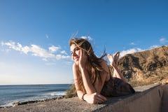 Fixez la belle longue jeune femme de cheveux dans les vacances Images stock