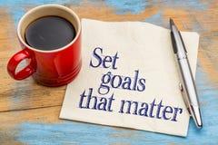 Fixez les buts qui importent sur la serviette image stock