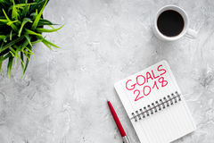 Fixez un but pendant la nouvelle année 2018 Carnet près de stylo et tasse de café sur le copyspace en pierre gris de vue supérieu Photos libres de droits