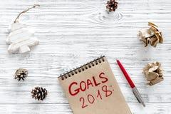 Fixez un but pendant la nouvelle année 2018 Carnet près de stylo sur le copyspace en bois gris de vue supérieure de fond Images stock