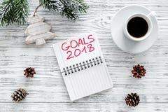 Fixez un but pendant la nouvelle année 2018 Carnet près de tasse de café sur la vue supérieure de fond en bois gris Image libre de droits