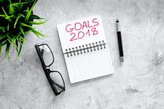Fixez un but pendant la nouvelle année 2018 Carnet près des verres et stylo sur le copyspace en pierre gris de vue supérieure de  Photos stock