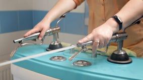 Fizjoterapia przy zdrojem ?e?ska lekarka kieruje strumienie wodny na pacjencie pod presj? w?adzy prysznic firmant zdjęcie wideo
