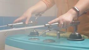 Fizjoterapia przy zdrojem ?e?ska lekarka kieruje strumienie wodny na pacjencie pod presj? w?adzy prysznic firmant zbiory