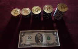 Fizyczna wersja Bitcoin i banknoty dwa dolara Wekslowy bitcoin dla dolara Obrazy Stock