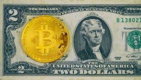 Fizyczna wersja Bitcoin nowy wirtualny pieniądze i banknoty dwa dolara Wekslowy bitcoin dla dolarowego digita i cryptocurrency Zdjęcie Stock