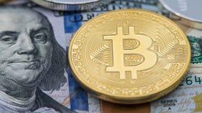 Fizycznego metalu Bitcoin złota waluta nad 100 Amerykańskim dolarowym rachunkiem btc zdjęcia royalty free