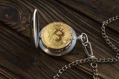 Fizyczny bitcoin i rocznika kieszeniowy zegarek pokazuje że czas biega out zdjęcie royalty free