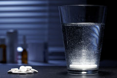 Fizzy schäumende Tablette in einem Glas stockbilder