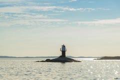 Fjärdhällan灯塔太阳阴霾斯德哥尔摩群岛 库存照片