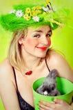 fjäder för kaninflickaholding royaltyfri bild