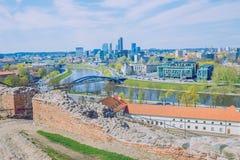 Fjäder i Litauen Siktsstaden och den gamla slotten fördärvar arkivfoto