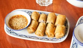 Fjäder Rolls Thailändska gourmet- vårrullar som tjänas som som startknapp Royaltyfri Bild