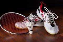Fjäderboll, badmintonracket och sko Arkivfoto
