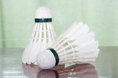Fjäderboll för badmintonlek Royaltyfri Foto