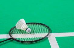 Fjäderboll på badmintonracket Royaltyfri Fotografi