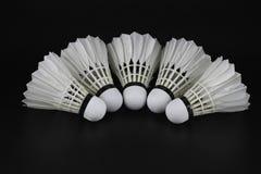 Fjäderboll på selektiv fokus över svart bakgrund Arkivfoton