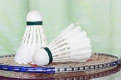 Fjäderbollar och badmintonracket Royaltyfria Foton