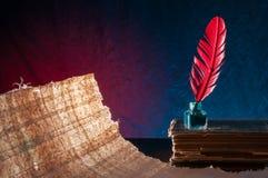 Fjäderpenna- och papyrusark Royaltyfria Bilder