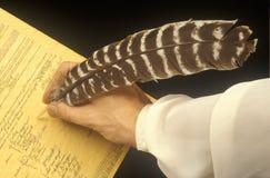 Fjäderpenna som undertecknar en förklaring Fotografering för Bildbyråer