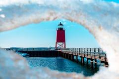 Fjädra blidvädret på Charlevoix Michigan ` s södra Pier Lighthouse Royaltyfria Bilder
