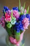 Fjädra boquet av blommor i vas på vykortet Royaltyfri Bild