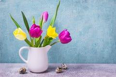 Fjädra buketten av tulpan och påskliljor i en vit vas tillgänglig hälsning för korteaster eps mapp Royaltyfri Foto