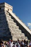 Fjädra dagjämningen 2012 på Chichen Itza Arkivbild