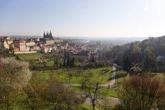Fjädra den ottaPrague staden med den gotiska slotten i den gröna naturTjeckien Fotografering för Bildbyråer