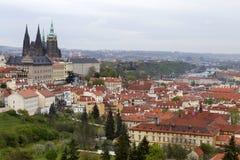 Fjädra den Prague staden med den gotiska slotten och de gröna natur- och blomningträden, Tjeckien Royaltyfri Bild