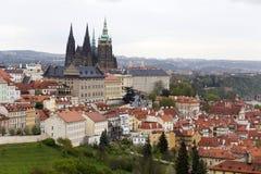 Fjädra den Prague staden med den gotiska slotten och de gröna natur- och blomningträden, Tjeckien Royaltyfri Fotografi