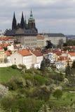 Fjädra den Prague staden med den gotiska slotten och de gröna natur- och blomningträden, Tjeckien Fotografering för Bildbyråer