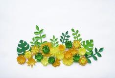 Fjädra den tid… ron lämnar, naturlig bakgrund En delikat ordning av pappers- blommor Färger är guling och gräsplan valentin för d Fotografering för Bildbyråer