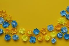 Fjädra den tid… ron lämnar, naturlig bakgrund En delikat ordning av pappers- blommor Färger är guling och gräsplan valentin för d Royaltyfri Bild