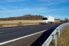 Fjädra landskapet med vägen som fodras med forcerade barriärer Royaltyfria Bilder
