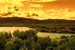 Fjädra landskapet på solnedgången, berget och floden i Tjeckien arkivfoto