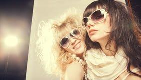 Fjädra modeståenden av en härlig ung sexig kvinnas bärande solglasögon arkivfoto